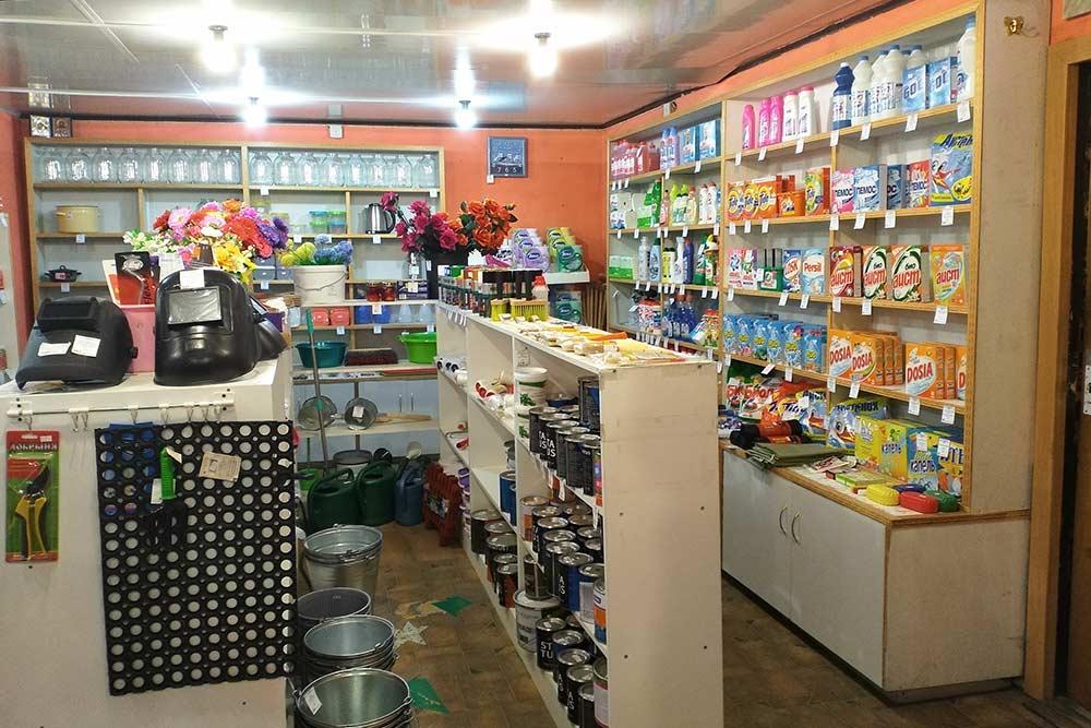 Нас много раз выручал этот магазин хозтоваров в крупном поселке: за лейкой, мыльницей и парой банок не поедешь в город. И если внезапно не хватит лака для древесины, я куплю его поблизости