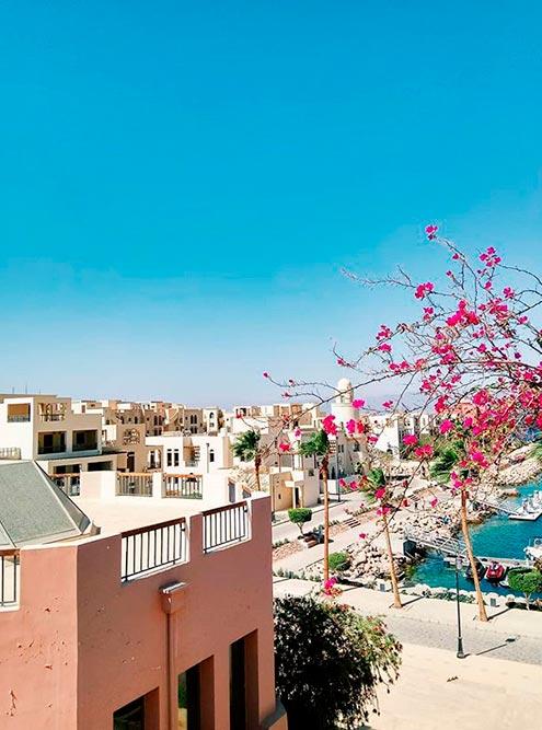 Вид со смотровой площадки на курортный поселок Тала Бей