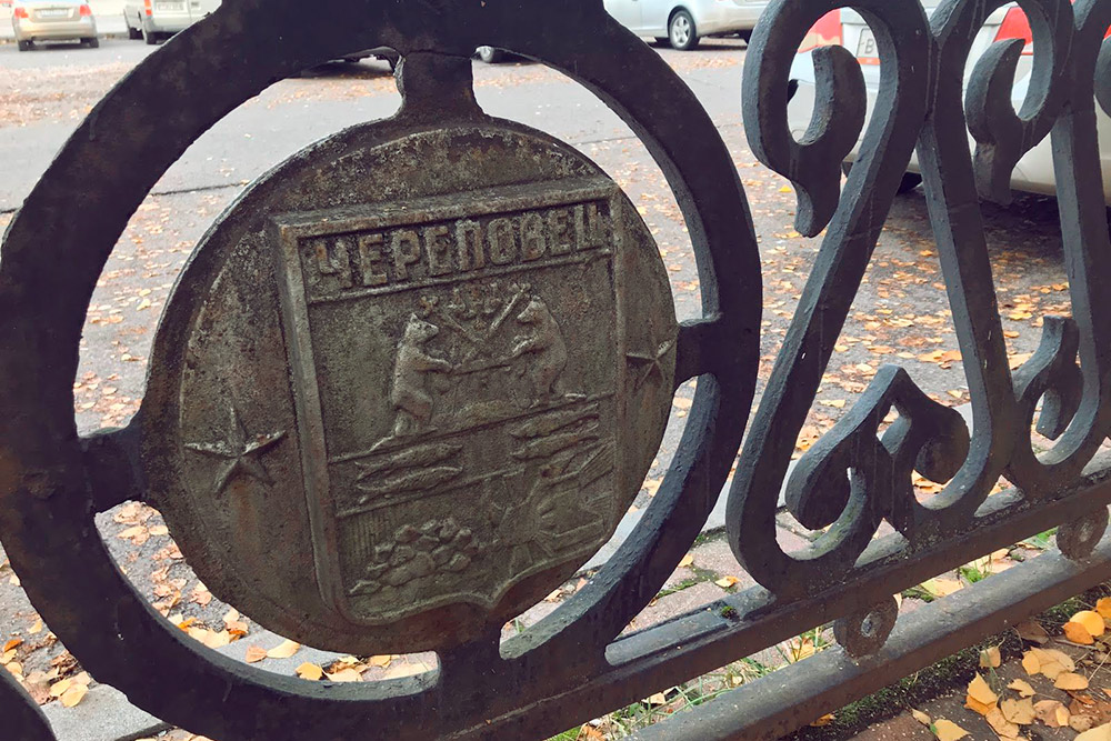 Герб Череповца очень сложный: два медведя, четыре рыбы, гора, солнце и лодочный руль. Медведь — тотемное животное древних жителей этих мест. Рыбы символизируют рыболовство. Гора — потому что город стоит на возвышенности. Солнце — просто символ жизни. А лодочный руль — это символ Мариинской водной системы. Этот водный путь, соединяющий бассейн Волги с Балтийским морем, проходит через реку Шексну, на которой стоит Череповец