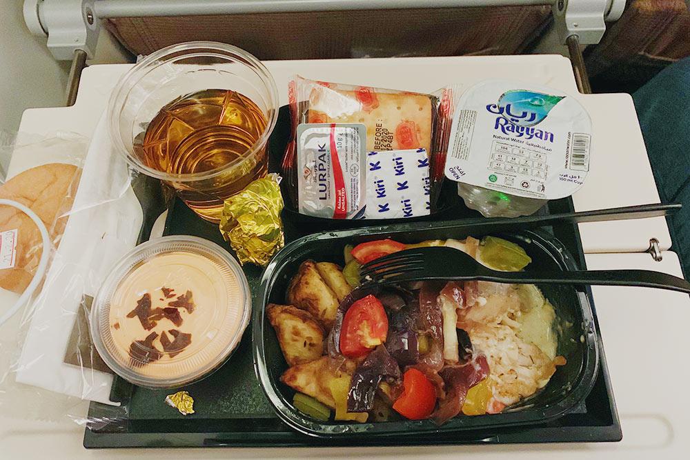 Еда на одном из рейсов: горячее, булочка, масло, крекер, десерт, вода, сок