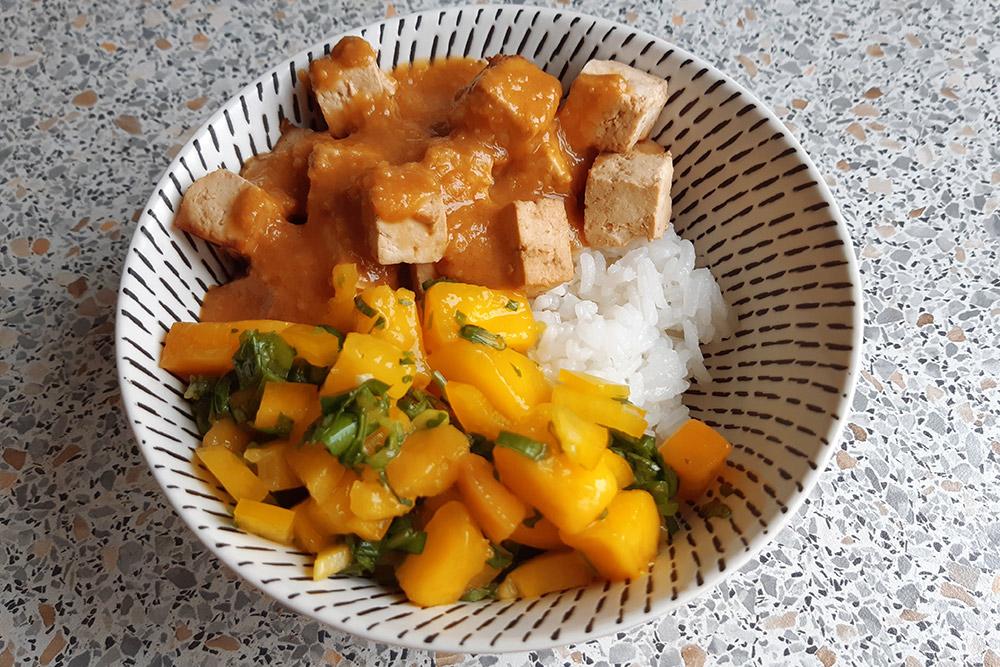 Будда-боул с рисом, запеченным тофу, сальсой из манго и арахисовым соусом. Себестоимость 600-граммовой порции — примерно 210<span class=ruble>Р</span>