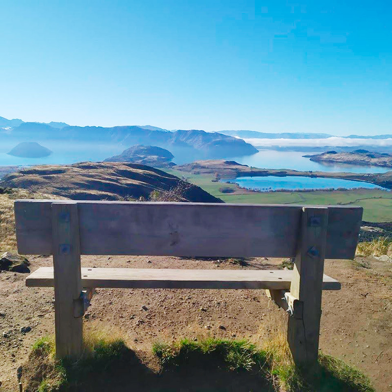 Вид на озеро Ванака в разгар осени в Новой Зеландии. Температура воздуха — около +20°C