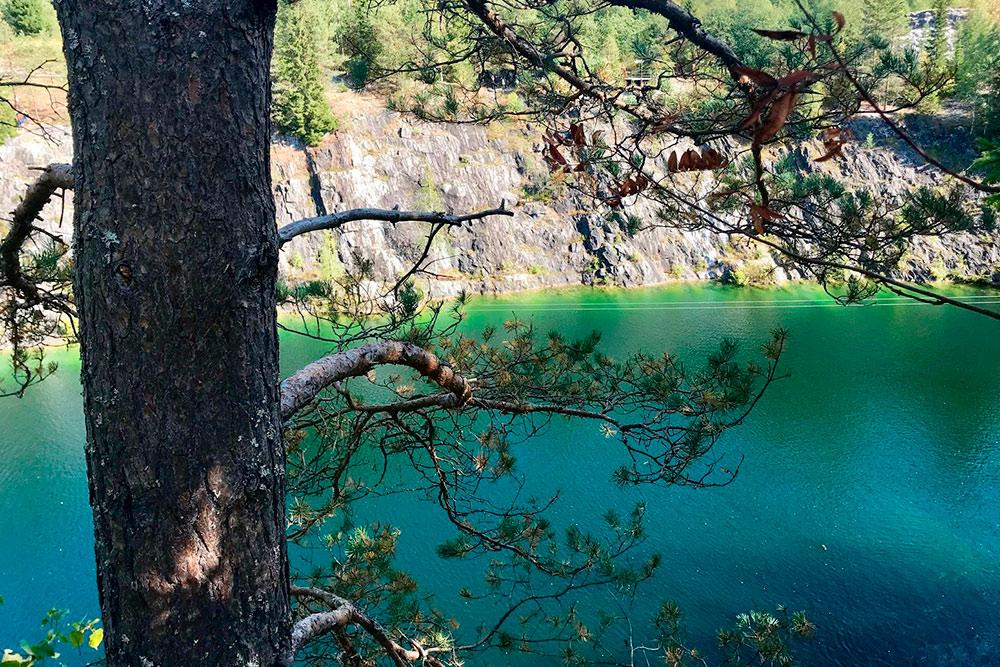 Это фото без обработки: вода в карьере действительно такого цвета