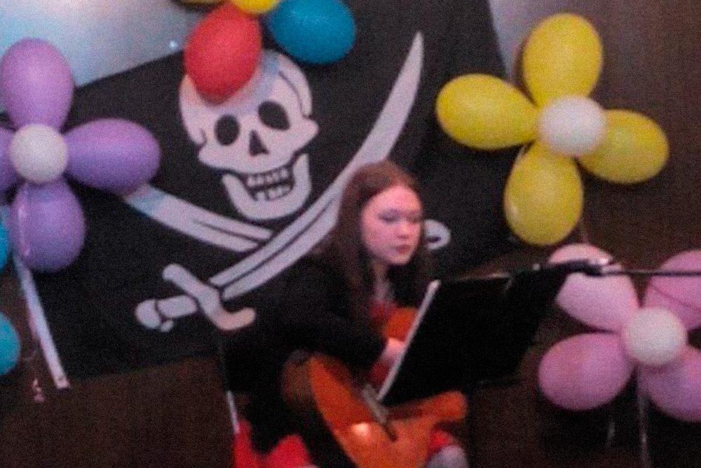 Еще выступала с песней на вечеринке. Пела «Серебро» группы «Би-2»