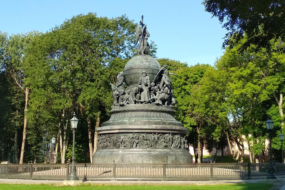 Памятник «Тысячелетие России» в кремле. На нем изображены все правители от Рюрика до Петра I, кроме Ивана IV, который устроил резню во время похода на Новгород
