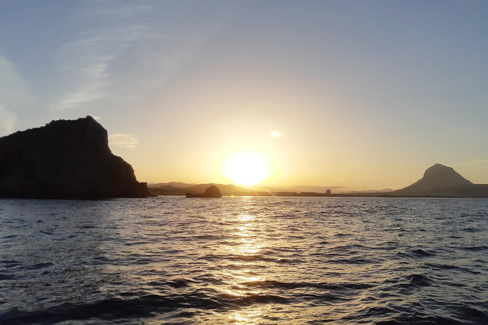 Может показаться, что отдых на яхте — это морские рассветы и закаты каждый день. Удивительно, но у нас это был единственный закат: похоже, наш экипаж оказался недостаточно романтичным, а еще на созерцание попросту не хватало времени
