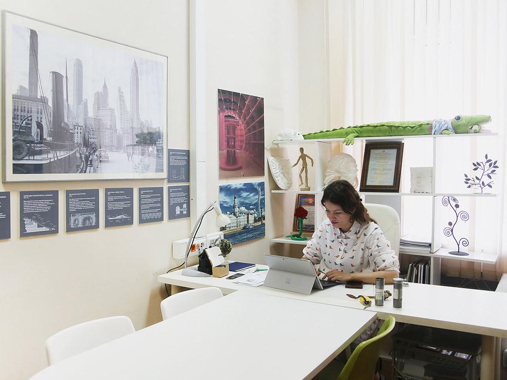 Ольга в офисе на Павелецкой. Его оставили для совещаний, приема клиентов и для сотрудников, которые не хотят работать из дома