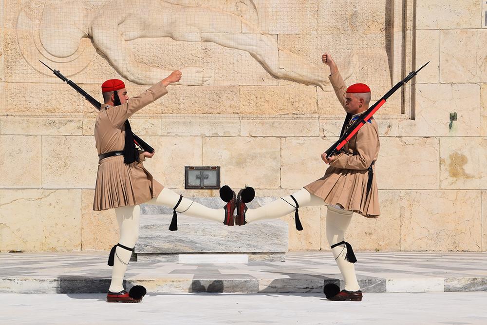 Круглый год гвардейцы несут службу в шерстяной одежде. Их ботинки весят 3—5 кг и подбиты 60—120 гвоздями