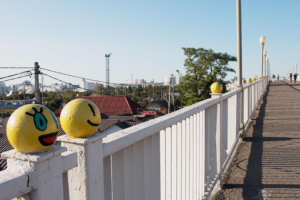 Одна из достопримечательностей города — мост смайлов. Когда-то неизвестный художник раскрасил верхушки столбиков под эмодзи, идея прижилась и теперь энтузиасты обновляют смайлики ежегодно