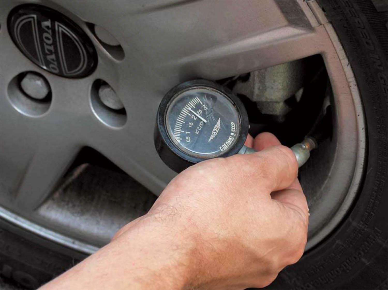 Проверка давления в шинах манометром
