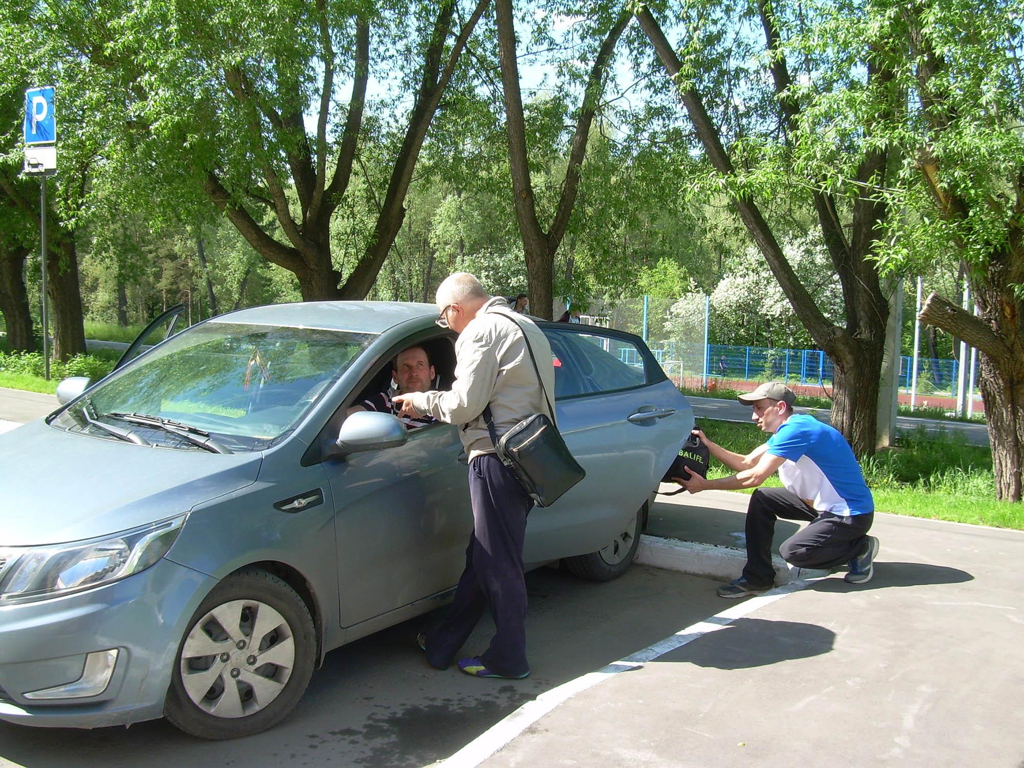 Сообщник заговаривает с водителем, а барсеточник крадет сумку с деньгами. Украсть можно и со стороны водителя: увлеченный разговором, тот не смотрит в зеркало заднего вида