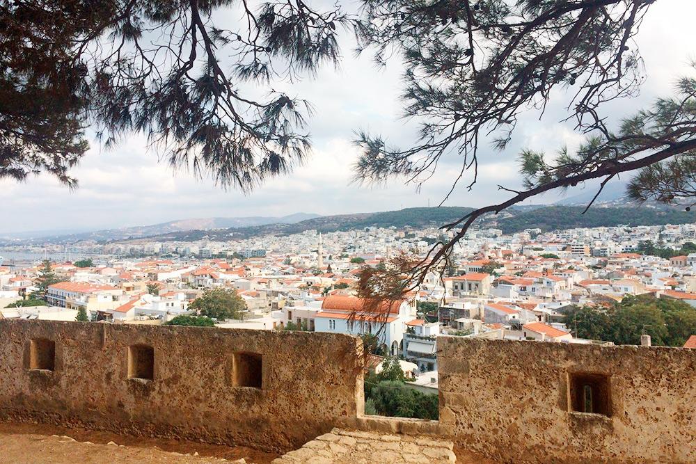 Вид на Ретимно с городской крепости. Такие сохранились почти во всех городах с венецианских времен