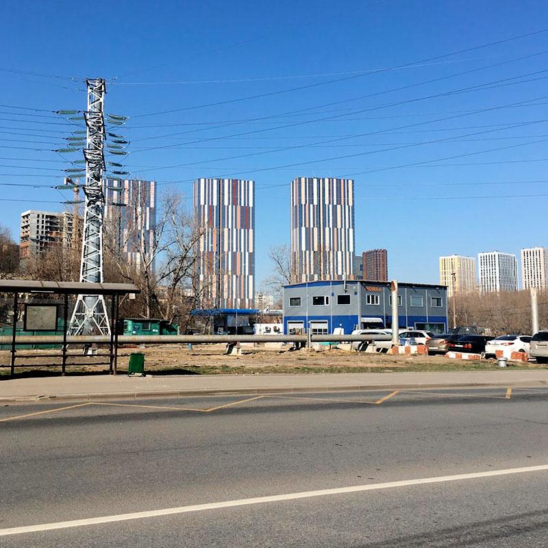 Радостные пейзажи улицы Выборгской: гаражи, стройка, вышки линий электропередачи. Но на солнце даже этот вид не настолько уныл, насколько могбыбыть