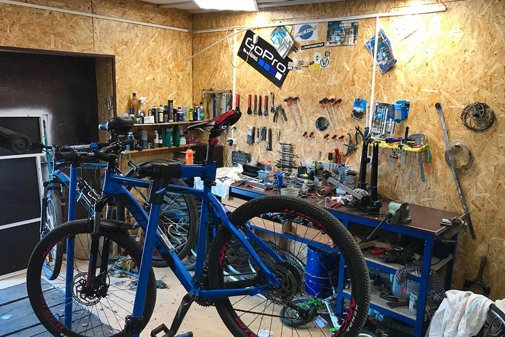 Здесь я чиню велосипеды клиентов