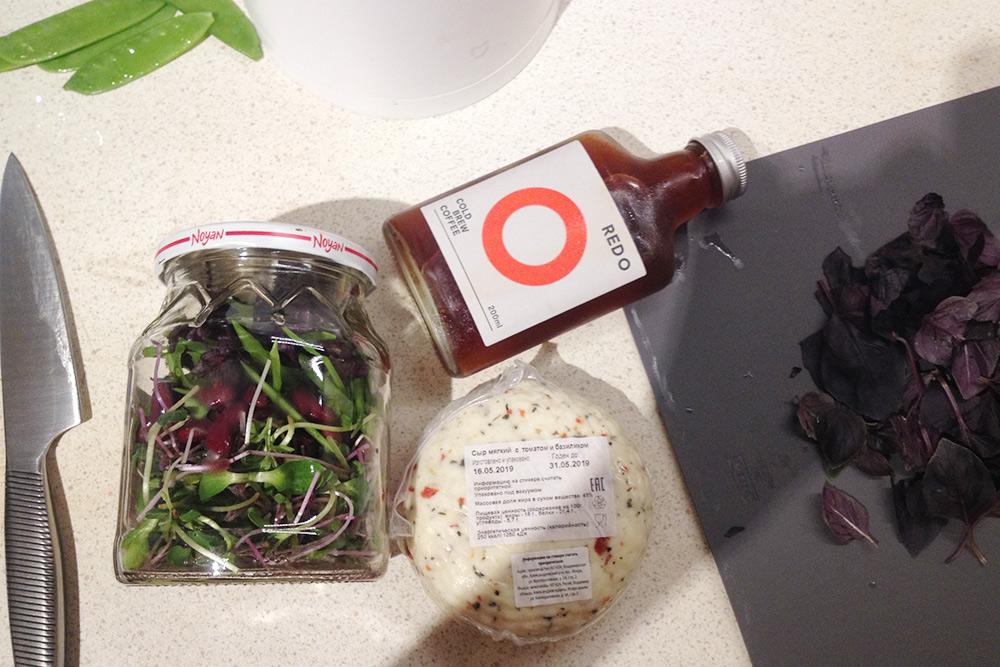 Мой офисный набор: салат баночный, колд брю, сыр из «Вкусвилла». Колд брю делаем сами и наливаем в бутылку от магазинного. Магазинный вкуснее, но дома полно кофейного зерна, родители мужа регулярно дарят