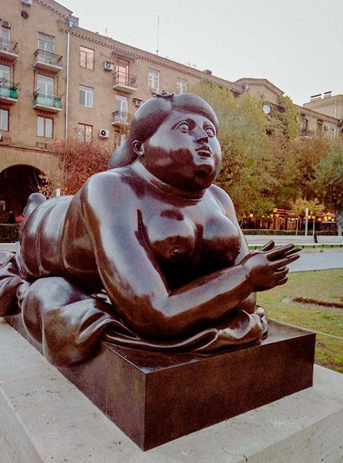У начала «Каскада» расположен сквер, в котором туристы смотрят современные скульптуры. Например, «Курящую женщину» Фернандо Ботеро — одного из самых дорогих скульпторов мира