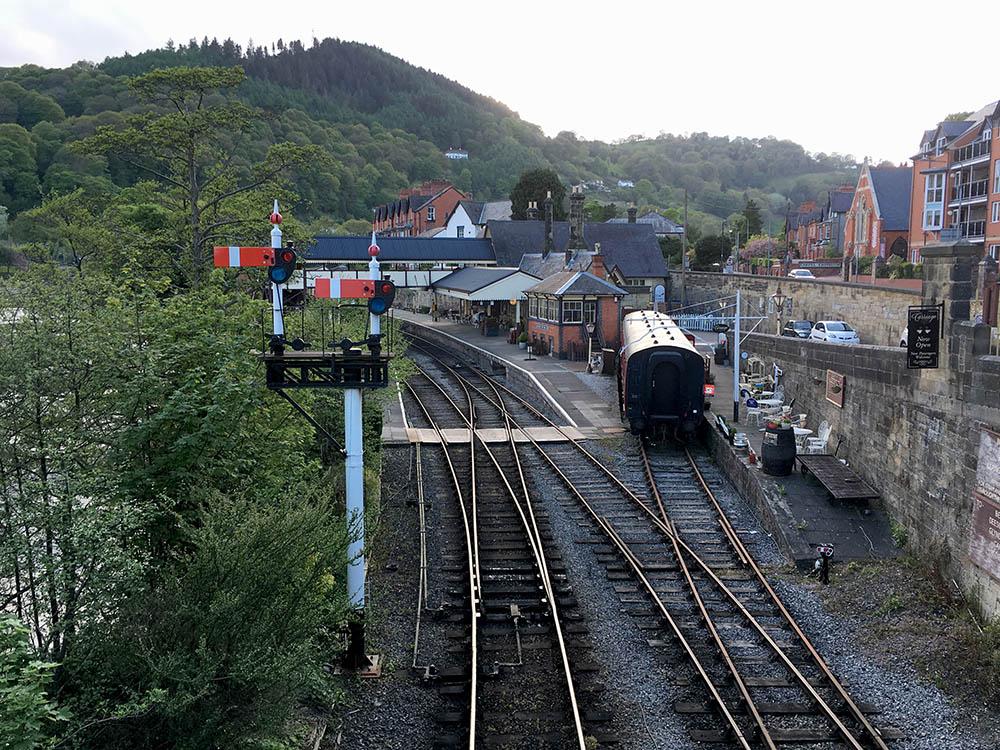 Железнодорожный вокзал в городке Лланголлен, север Уэльса