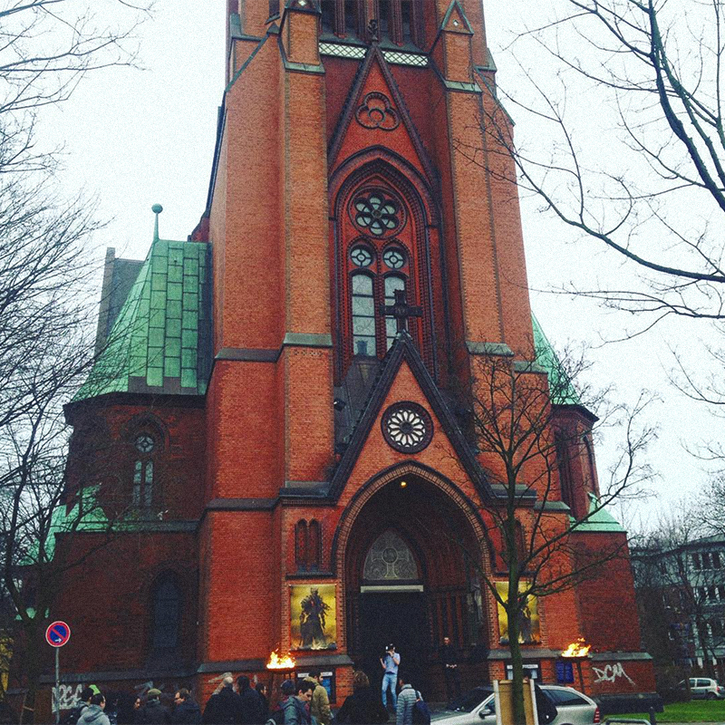 Презентация Dark Souls III проходила в католическом соборе в Гамбурге. Оказывается, арендовать церковь под какое-нибудь событие в Германии не сложнее, чем снять банкетный зал
