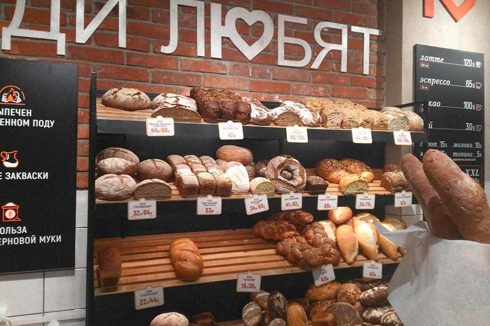 На фото только хлеб, но в пекарне еще много разной выпечки