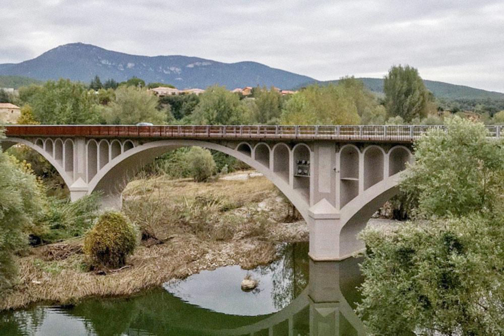 Вулканы Ла-Гарроча и мост в Бесалу