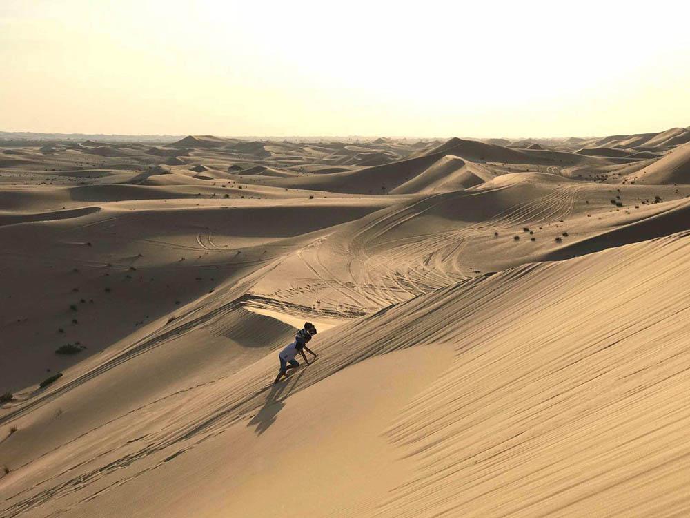 Так дети развлекаются зимой в перерыве между сафари-заездами. Когда в пустыне не очень жарко, можно покорить пару-тройку огромных песчаных дюн, которые находятся в 60 км от города