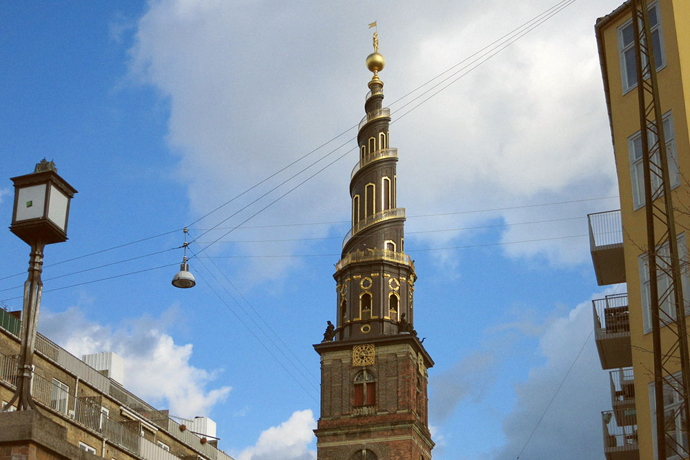 Вид на башню церкви Спасителя с борта экскурсионного кораблика