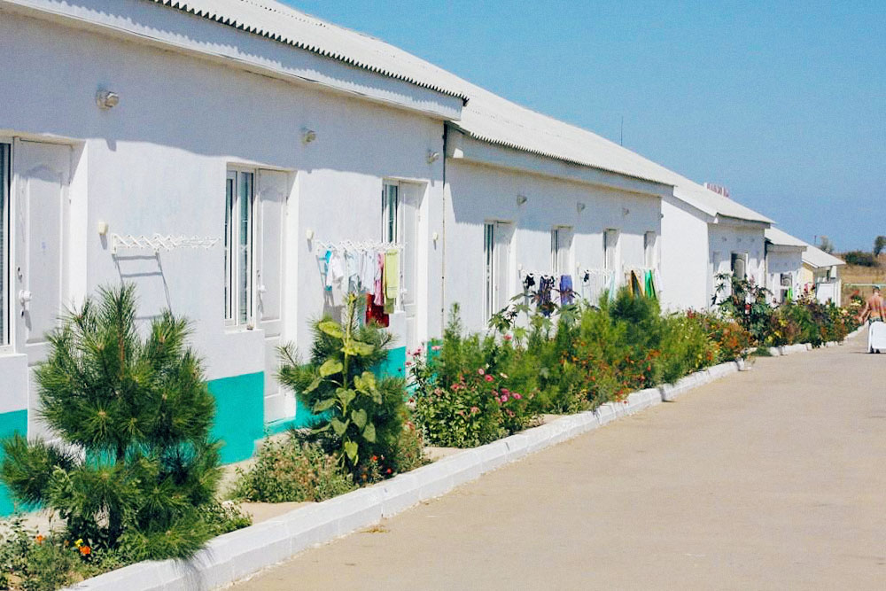 Лагерь «Атлантус» в Крыму, где я работала. В каждом корпусе было по две комнаты, в каждой жило по 5—6 человек. Туалет и душ один на комнату — соседи принимали душ и чистили зубы по очереди. Фото: «Мосгортур»