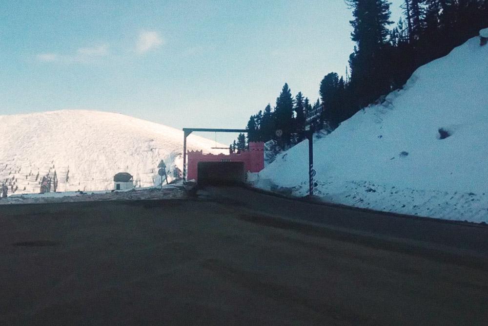 Самая длинная в России противолавинная галерея — «полка». Она защищает автомобильную дорогу отснежных лавин: наэтом участке зимой может сходить до10лавин в сутки, новодителям они нестрашны — движение даже неостанавливается
