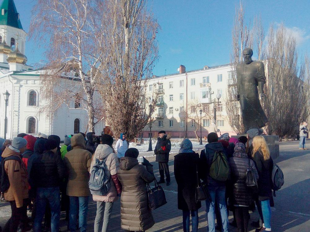 Памятник Федору Михайловичу Достоевскому. Местные власти очень гордятся тем, что он здесь сидел, и всё называют его именем. Например, я окончил университет имени Достоевского