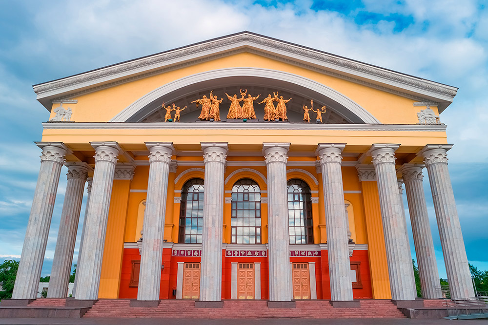 Это Музыкальный театр республики Карелия. В нем работают балерины из Японии