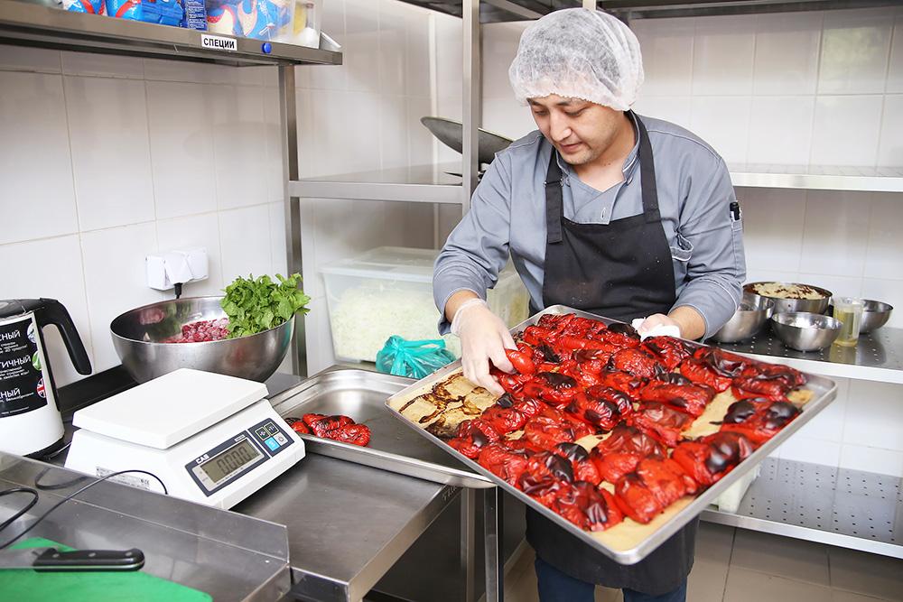 Сотрудники делают пирог: готовят начинку, подготавливают тесто
