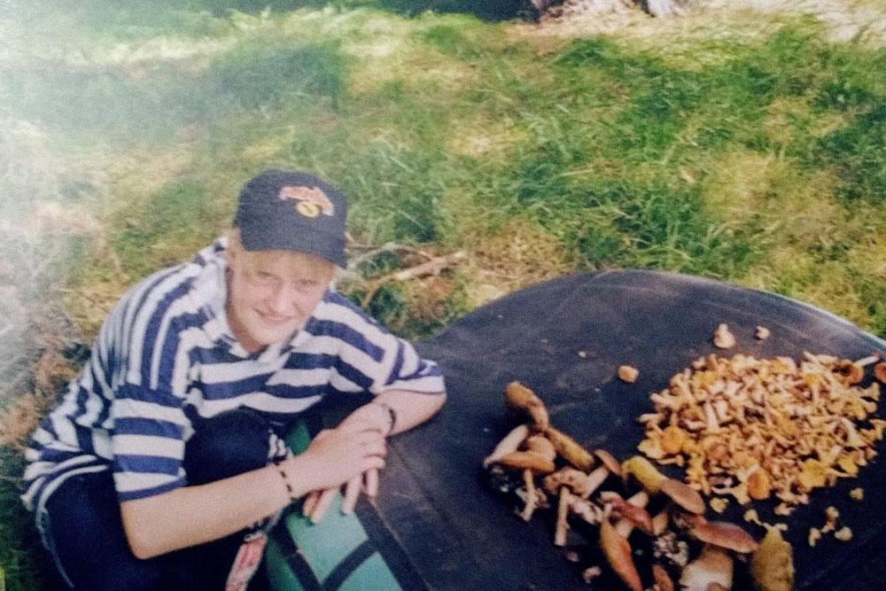 А так выглядел мой самый первый поход — 2000год, мне 14лет: кепка «Продиджи», фенечки избисера и штаны слампасами