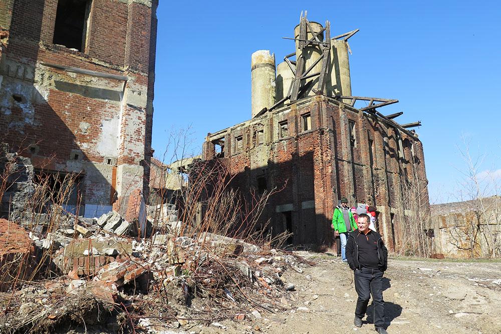 Этот же завод вблизи. Я побывала на его развалинах во время автотура в мае 2016 года