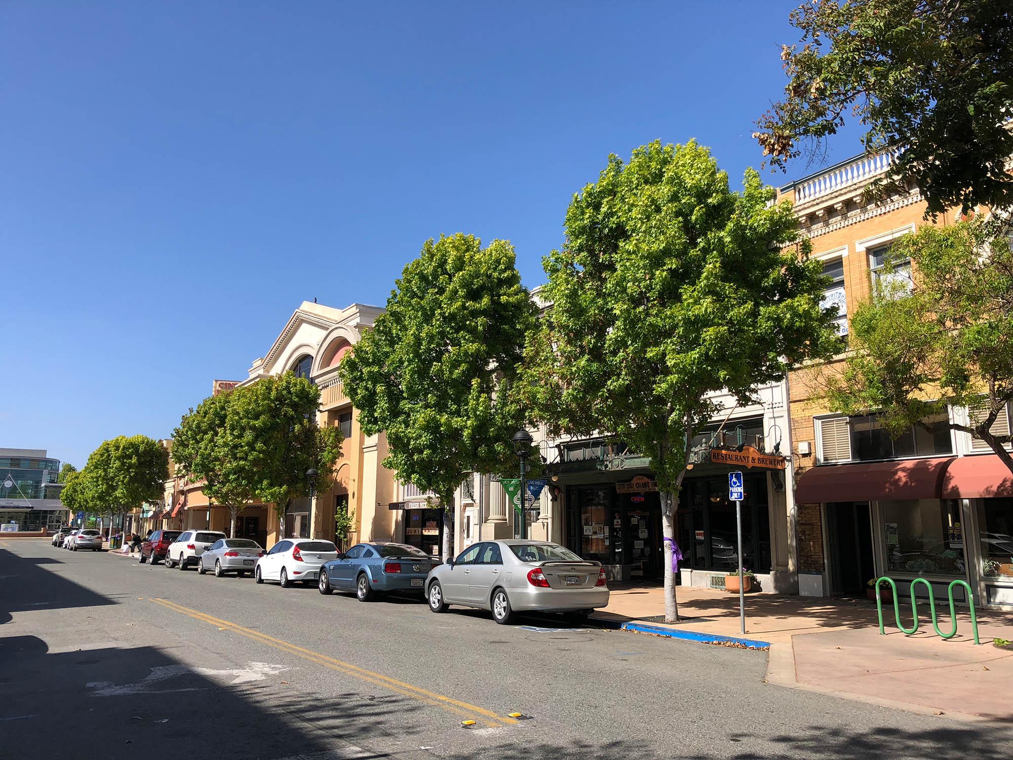 В Салинасе все ездят на личных автомобилях, без машины тут практически никуда не добраться. Пешеходов в городе почти нет