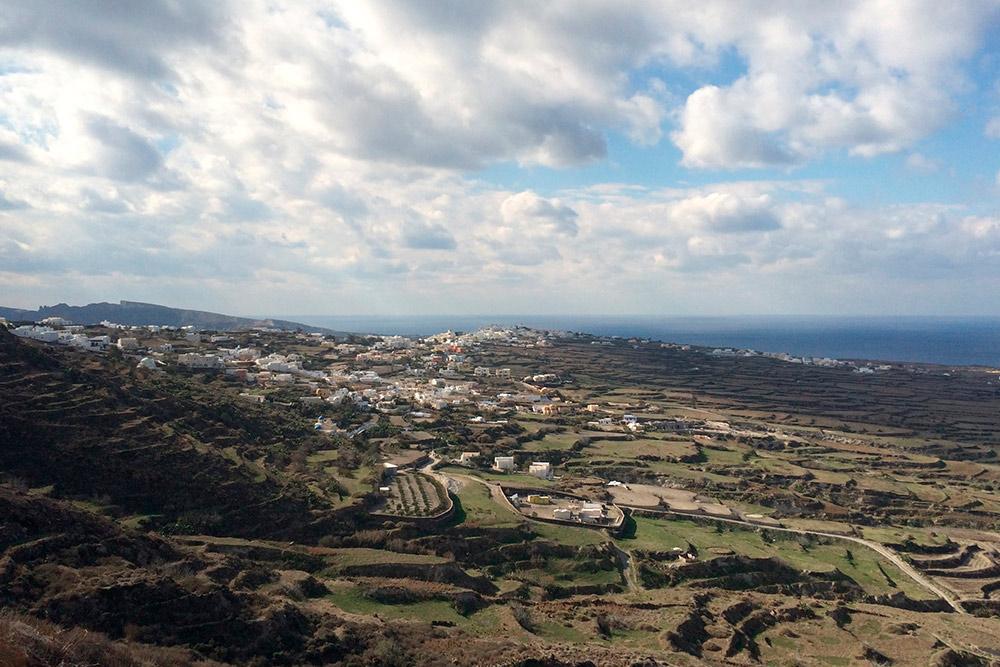 Восточная сторона Санторини — виноградники и деревня Финикья