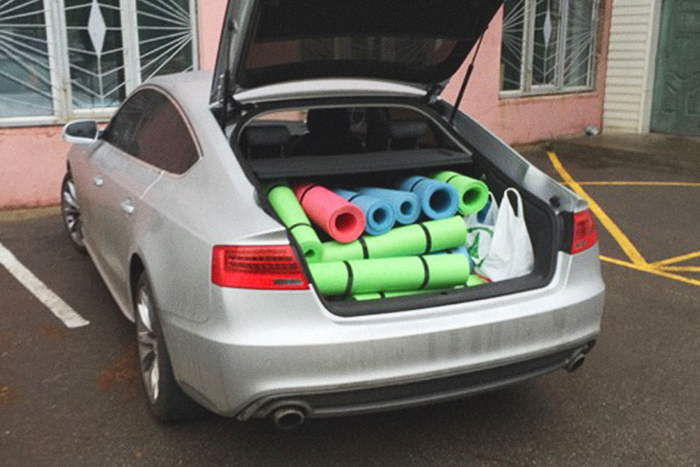В багажнике лежит оборудование для тренировок, которое закупил Андрей перед открытием школы