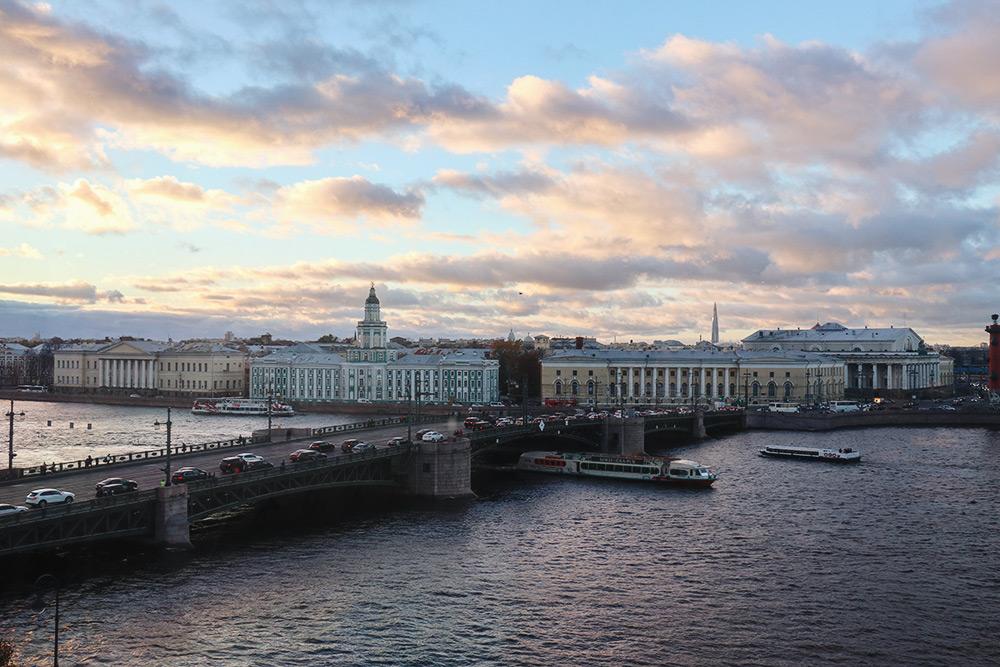 Вид из Зимнего дворца на Кунсткамеру и Дворцовый мост. Фото: АнастасияОсян
