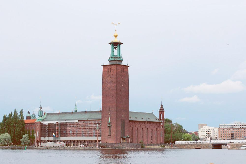 Вид на ратушу с набережной острова Риддархольмен