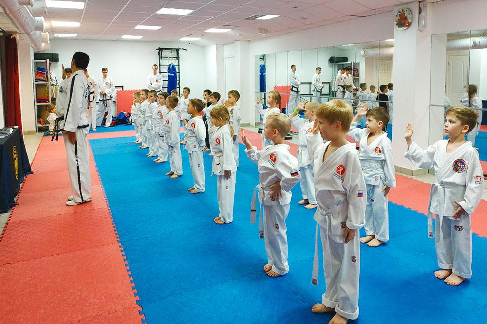 Спортсмены дают клятву соблюдать принципы тхэквондо и не применять приемы тхэквондо во вред. Фото: школа боевых искусств Чиканчи