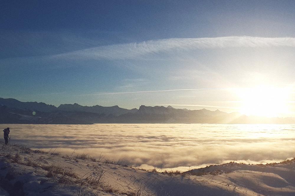 Смена на наблюдательном посту на хребте Корилам: посередине — облака, а не снег. Два часа на дежурстве, четыре часа отдыхаешь и снова на дежурство — и так 10 дней. Чтобы обеспечить круговой обзор, пришлось выставить несколько постов