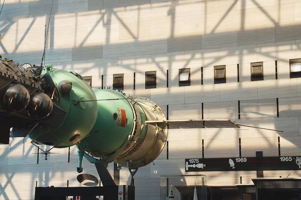 В музее воздухоплавания и астронавтики много советских экспонатов, например корабли «Союз» и «Аполлон», советская ракета СС-20 и скафандр Юрия Гагарина