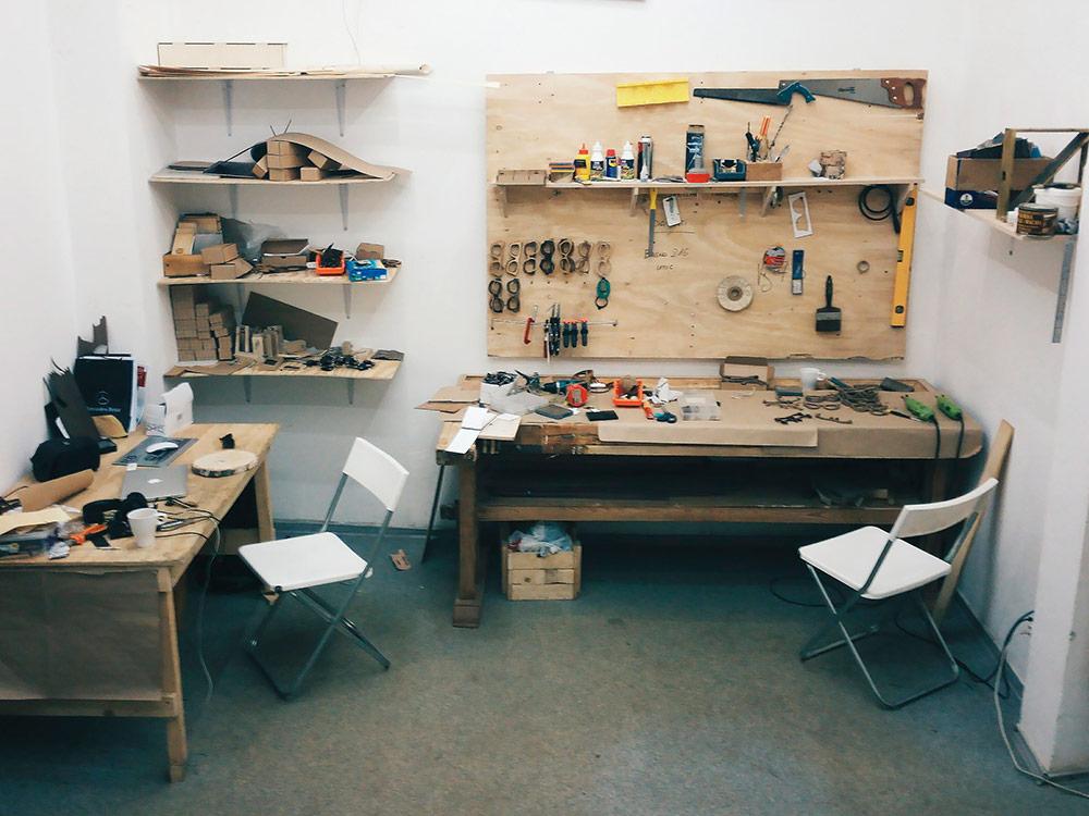 На мусорке Федор и Артем нашли фанеру от ящика с итальянской мебелью — из нее сделали стенд для инструментов и рабочие столы. От съехавшей багетной мастерской ребятам достался верстак