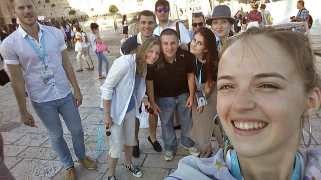 У Стены плача мы были два раза. Второй раз — с обещанными израильскими военными, которые присоединились к нам на пятый день. Они оказались приятными ребятами, большинство из которых еще детьми эмигрировали из Украины. Мы общались с ними на русском и английском
