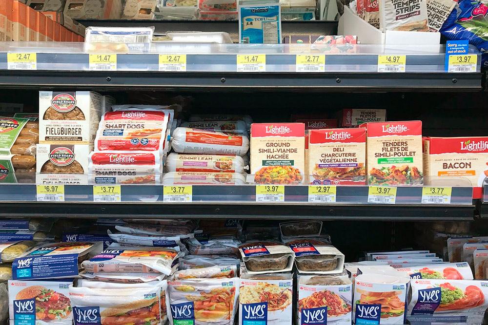 Огромный выбор заменителей мяса в супермаркете