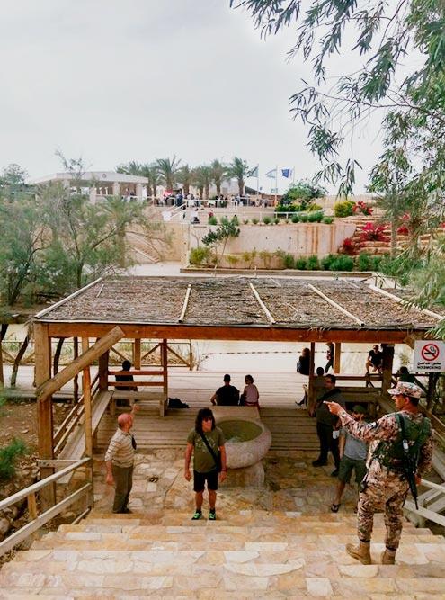 Со стороны Иордании место, где купаются туристы, выглядит утилитарно и просто: деревянный помост с тремя ступенями. Со стороны Израиля поставлены металлические перила и сделана благоустроенная купальня с плавным спуском в воду