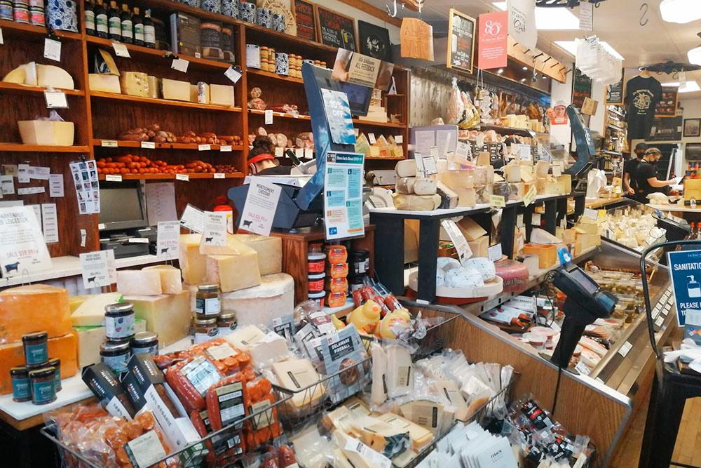 А так «Ди-Бруно-бразерс» выглядит внутри: у прилавка можно купить на развес сыр, прошутто, салями, соленья из Европы