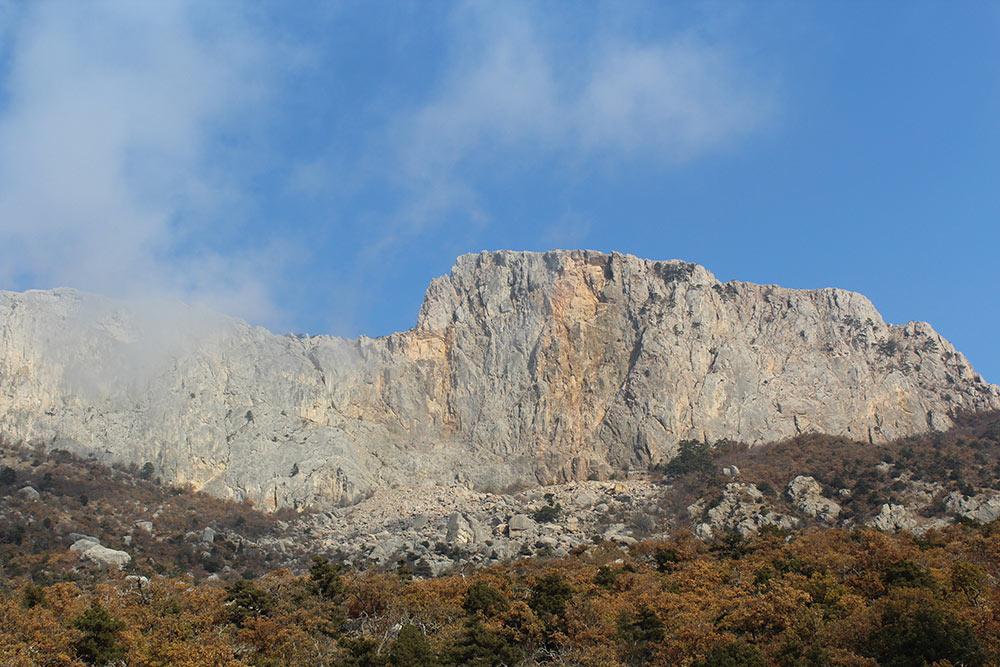 Крымские горы тянутся вдоль всего шоссе, проложенного по южному берегу Крыма