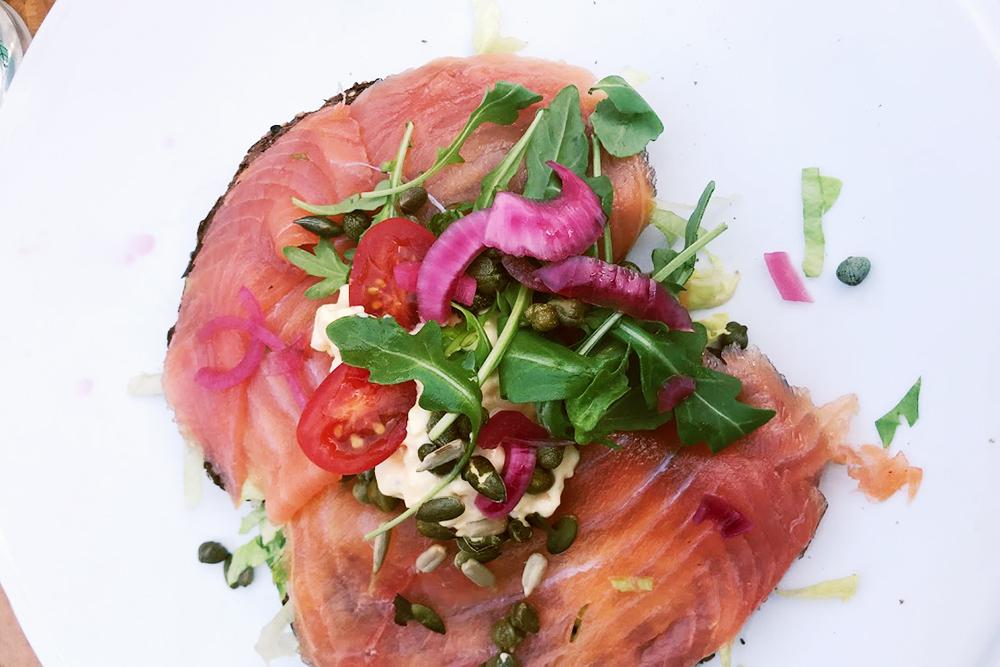 Мой любимый бутерброд с лососем в местном кафе
