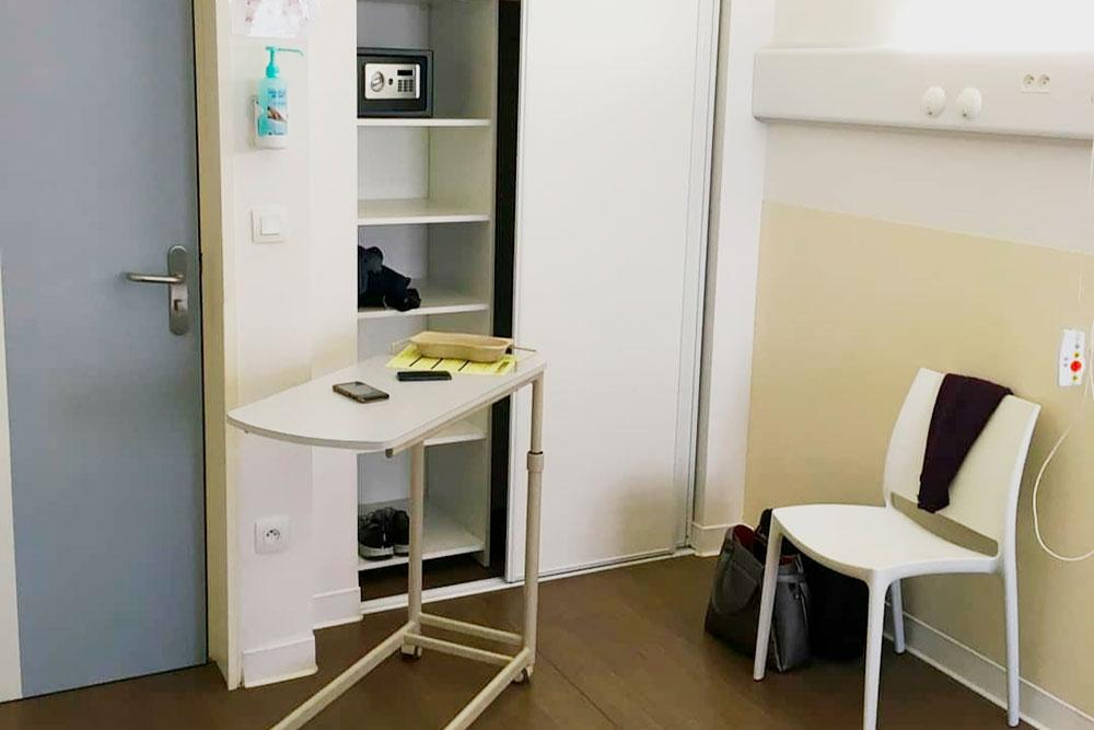 Палаты в госпиталях удобные — есть отдельный туалет, шкаф дляодежды и даже маленький сейф