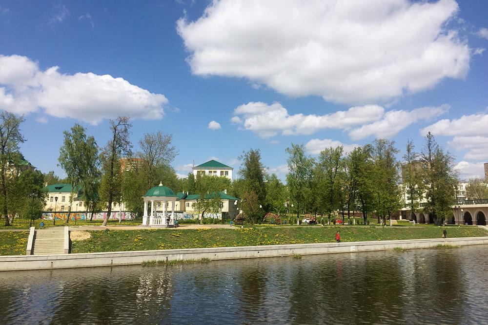 На берегу Орлика, у Александровского моста, разбит небольшой сквер со скамьями и ротондами